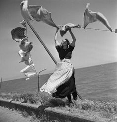 {Wind} The Netherlands. Laundry blowing in the wind, Volendam, 1947 // photo Henk Jonker Fotos De Henri Cartier Bresson, Black White Photos, Black And White Photography, Old Pictures, Old Photos, Street Photography, Art Photography, Blowin' In The Wind, Vintage Photographs