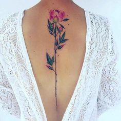 tatuajes de flores en acuarela en la espalda