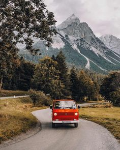 ᵂᴱᴿᴮᵁᴺᴳ ᴰᴬ ᴼᴿᵀˁᴺᴱᴺᴺᵁᴺᴳ Roadtripping in Austria with my two besties - & my old VW Bulli 🌲🚌⛰️ By the way did you guys know, that I call it Diez? Its because of the movie Herbie where a Mexcian boy called Herbie Adventure Aesthetic, Travel Aesthetic, Adventure Awaits, Adventure Travel, Travel Tours, Roadtrip, Road Trippin, Mountain Landscape, Van Life