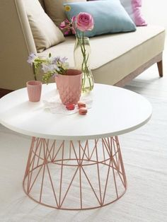 Wire Basket Tables: DIY Decor Trend DIY coffee table from old wire basket - genius!DIY coffee table from old wire basket - genius! Diy Casa, Diy Coffee Table, Diy Table, Coffee Table Rose Gold, Rose Gold Side Table, Diy Side Tables, Coffee Table For Small Living Room, Wire Side Table, Copper Coffee Table