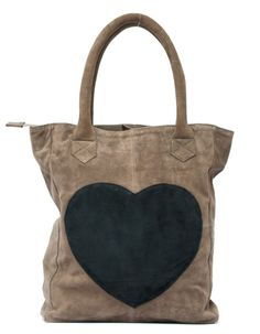 Love this heart bag My Style Bags, Casual Chique, Best Bags, Medium Bags, Cute Bags, Mode Outfits, Small Bags, Handmade Bags, Beautiful Bags