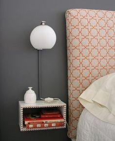 Table de chevet ikea hack. chambre inspiration lampe à poser boulle tête de lit matelassé orange tissu à forme géométrique