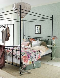 love the canopy bed and pendant lamp, I want a crystal chandelier over my bed!