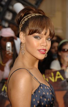 51 Top Rihanna Hairstyles That Are Worth Trying For Every Girl Rihanna's Classic Updo Hairstyle Classic Updo Hairstyles, Rihanna Hairstyles, Girl Hairstyles, Chestnut Brown Hair, Long Brunette Hair, Blonder Bob, Jenifer Lawrence, Blonde Roots, Beauty