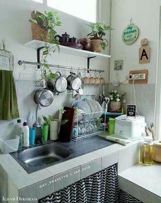 Flat table for plants by the kitchen window Dirty Kitchen Design, Interior Design Kitchen, Studio Apartment Design, Home Room Design, Apartment Kitchen, Home Decor Kitchen, Small House Decorating, Diy Kitchen Storage, Diy Home Decor On A Budget