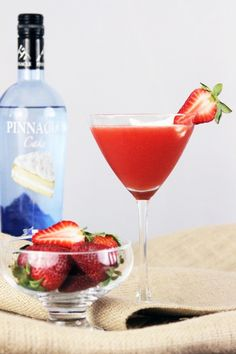 Strawberry Shortcake Martini - Yes! It's dessert in a cocktail! Cake vodka with strawberry puree Refreshing Drinks, Summer Drinks, Cocktail Drinks, Fun Drinks, Cocktail Recipes, Alcoholic Drinks, Beverages, Cake Vodka Drinks, Vanilla Vodka Drinks