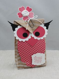 Geschenktüte mit Eule Except I would put an owl on the paper clip for a book mark. and the birthday card in the bag on students' desks on birthdays. 3d Paper Crafts, Owl Crafts, Diy And Crafts, Crafts For Kids, Paper Gift Bags, Paper Gifts, Paper Owls, Craft Bags, Craft Show Ideas