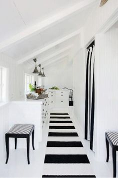 Beach house in black and white Simple kitchen where the white doors almost merges with the white painted floor. To create a contrast to all the white Pernille added some stripes in the form of carpets and curtains. Black And White Beach, Black And White Interior, Black And White Design, White Beach Houses, White Houses, Beach House Kitchens, Interior Minimalista, Beach House Decor, Home Decor