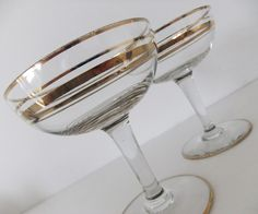 Retro style champagne saucers / cocktail glasses with gilt bands by Peony and Thistle Vintage Champagne Glasses, Champagne Saucers, Wedding Champagne Flutes, Pink Champagne, Mad Men Fashion, 1950s Fashion, Retro Fan, 50s Vintage, Kitchen Aid Mixer