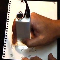 Gocen lee partituras y ls interpreta en un dispositivo de sonido.   Ideal para los analfabetos musicales como yo.