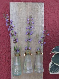 Das tolle Wetter heute hat uns ein wenig inspiriert :) Schnell gemacht und sieht toll aus. Man benötigt: - altes Brett - Klammern aus dem Baumarkt - kleine Schrauben für die Klammern - leere San Bitter Flaschen (oder ähnliches) - Blumen und schon fertig :)
