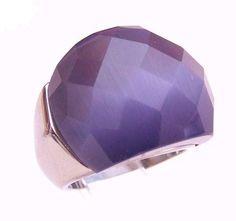 Anillo acero con gran piedra facetada color violaceo. Medidas: 12-18  $14.000.-