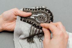 DIY Jersey con hombreras con cadenas custom sweater Crimenes de la Moda Diy Bead Embroidery, Embroidery Fashion, Sweater Embroidery, Diy Fashion, Ideias Fashion, Fashion Design, Festival Sunglasses, Diy Inspiration, Embroidered Jacket