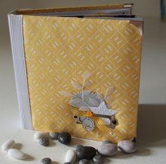 Jaune et gris : album à la couverture en tissu. (album également présenté ici : http://www.lesetoilesduscrap.com/2014/08/anne-un-air-de-famille.html)