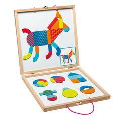 Coup de coeur pour cette nouvelle valisette magnétique et ses pièces de formes et couleurs différentes et au design amusant. Les nombreuses fiches développeront le sens de l'observation de vos enfants ; ils devront reproduire à l'aide des formes géométriques aimantées les dessins qu'ils trouveront sur les cartes de différents niveaux.