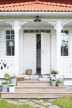 a collection of inspirational snapshots of beautiful living Swedish Farmhouse, Swedish Cottage, Farmhouse Garden, Swedish House, Farmhouse Style, White Exterior Houses, Exterior Front Doors, Porch Steps, Door Steps