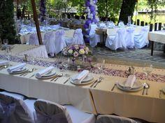 Lila esküvői dekoráció székszoknyával, főasztal dísszel és lila mintás futóval | Purple wedding decoration with chaircover, bridal table flowers and purple table runner