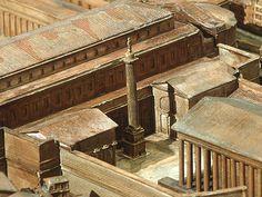La colonne trajane située entre les 2 bibliothèques du forum de Trajan
