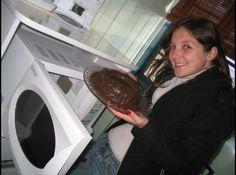 Receita de Bolo de Chocolate especial - bolo fique ainda mais saboroso faça uma cobertura de chocolate (misture em um refratário de vidro, alto para não derramar, 1 lata de leite...