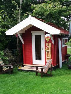 De Interflex 2335S houten buitensauna is een sauna voor mensen met een bewust energieverbruik. De Interflex 2335S buitensauna gemaakt van 50mm dik geïsoleerd Scandinavisch vurenhout en heeft het een binnen- en buitendeur met isolatieglas. Hierdoor warmt de saunaruimte sneller op en kun je dus nog sneller gebruik maken van een verwarmde sauna. Het Finse saunahuis is voorzien van een voorruimte die je kunt gebruiken om af te koelen of om te kleden. #klantfoto #buitensauna Vestibule, Ramen, Shed, Outdoor Structures, Gardens, Barrel Roll, Barns, Sheds