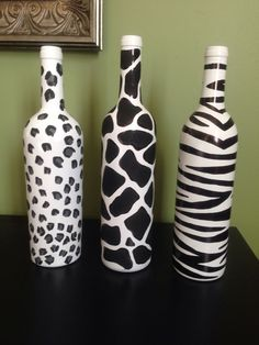 Do it yourself - painted wine bottles for mother' Empty Wine Bottles, Wine Bottle Art, Painted Wine Bottles, Diy Bottle, Painting Glass Jars, Bottle Painting, Animal Print Decor, Bottle Centerpieces, Glass Bottle Crafts