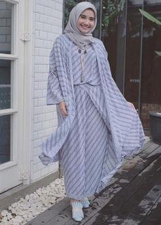 5 Gaya Selebgram Berhijab Tampil Cantik dengan Batik 2 Dress Muslim Modern, Kebaya Modern Dress, Batik Fashion, Skirt Fashion, Batik Muslim, Outer Batik, Kebaya Hijab, Hijab Fashionista, Modesty Fashion