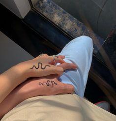 Diskrete Tattoos, Dream Tattoos, Friend Tattoos, Mini Tattoos, Finger Tattoos, Body Art Tattoos, Woman Tattoos, Finger Tattoo Designs, Stomach Tattoos