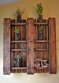 Desarma los cajones de frutas y crea un lindo estante para fotos.