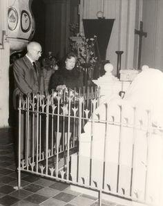 Antonio Oliver y Carmen Conde ante la tumba de Rubén Darío, en la Catedral de León (Nicaragua), 5 de febrero de 1963.