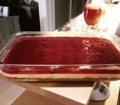 """Η Συνταγή είναι από την σελίδα με τις πιο νόστιμες συνταγές """"Οι Γεύσεις Της Νατάσας"""" . ΥΛΙΚΑ : 1 1/2 Πακέτα μπισκότα Πτι μπερ, περίπου 270γρ. Βιτάμ λιωμένο , 1 πακέτο τυρί Φιλαδέλφεια 300 γρ. , 1 κουτί γάλα ζαχαρούχο, 100 Greek Sweets, Appetisers, Butter Dish, Cheesecakes, Sweet Recipes, Pudding, Baking, Desserts, Bakken"""