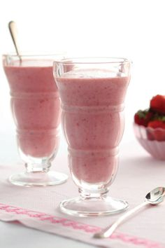 Strawberry Banana Smoothies: 2 packages frozen sliced strawberries, 1 can strawberry-banana nectar, 1 large ripe banana, 1 cup vanilla low-fat frozen yogurt, 1 cup low-fat milk Yummy Smoothies, Smoothie Drinks, Yummy Drinks, Healthy Drinks, Smoothie Recipes, Healthy Snacks, Yummy Food, Refreshing Drinks, Vitamix Recipes