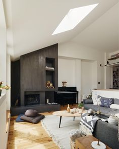 There are many elements in this #livingroom that contribute to the distinct style we're presented with, but it's the black, chiseled feature #wall that pops the most for us. And what's not to love about a #modern take on a good old #fireplace? Design by General Assembly. Plenty more stunning #rooms await you at homify.com  #homify #house #interiordesign #interiordecor #homedesign #homedecor #modernhouse #modernhome #livingroomdesign #getaway #wanderlust #livingroomideas #dreamhouse…