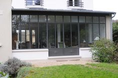 Extension of a house to Extension d'une maison à Versailles House Extensions, Glass Extension, Home Additions, Garden Studio, House Exterior, House Styles, Bow Window, Patio Doors, Fenestration