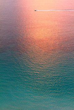 Günbatımında muhteşem bir okyanus manzarası.