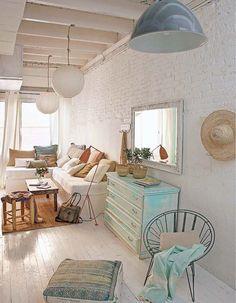 Keltainen talo rannalla: Rustiikkia, vintagea ja klassista