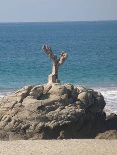 Escultura Manos, playa Zicatela, Puerto Escondido, Mexico