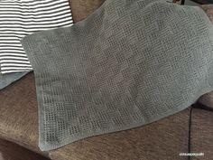 ひざ掛けの編み図、書けました^^引き上げ編みを使って格子模様になるように編んでます^^ワッフル編みっぽい部分と長編みのブロックが交互に格子状態になるように…サイズは95㎝×67㎝と大きいので、編むのに時間はかかりますが、ただひたすら編んでい
