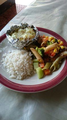Pescado horneado con pasta de vegetales y papa al horno