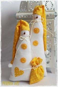 Snowman Couple - Would look awesome in red! Christmas Tree Toy, Christmas Sewing, Christmas Makes, Christmas Angels, Christmas Ornaments, Swedish Christmas, Sock Crafts, Felt Crafts, Sewing Crafts