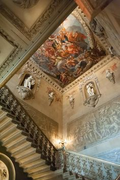 Bakewell, Derbyshire : Chatsworth House  construit au XVIe pour Bess de Hardwick - reconstruit en style baroque arch : William Talman (1687) - Great Stairs : Balustrade - Jean Tijou (1689-1712) - painted ceiling -Antonio Verrio1639-1707) - carvings : Samuel Watson