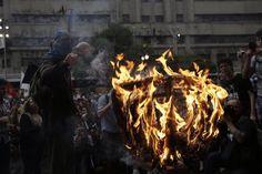 4º Grande Ato Contra a Tarifa (23/01/2015) #ContraTarifa SP: @mpl_sp queimou uma catraca antes de começar o trajeto. Foto: @felipe_larozza (@VICEBRASIL)