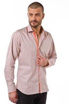 Chemise homme à carreaux agrémenté d'un biais orange au col et aux poignets, confèrant un caractère original au modèle.