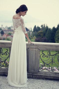 http://www.couturehayez.com/blog/couture-hayez-sposa-la-leggerezza-a-villa-muggia-stresa/ Ph Erika Di Vito… sposa-retro-pizzo-schiena-trasparenze-pizzo-leggero-maniche-elegante-atelier-sposa-2016-milano-couture-hayez-foto-erika-di-vito.jpg