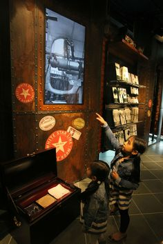 I visitatori all'interno del Titanic Belfast (PETER MUHLY/AFP/Getty Images)