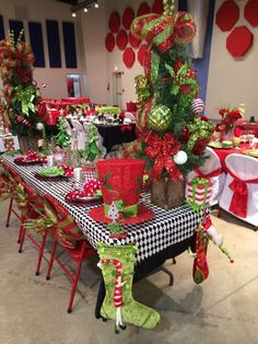 Celebrate your Christmas Party in Grinch style. Here are Best Grinch Themed Christmas Party Ideas from Grinch Christmas decor to Grinch Inspired recipes etc Christmas Party Centerpieces, Christmas Party Table, Grinch Christmas Decorations, Christmas Table Settings, Company Christmas Party Ideas, Gingerbread Christmas Decor, Grinch Christmas Party, Rustic Christmas, Christmas Home