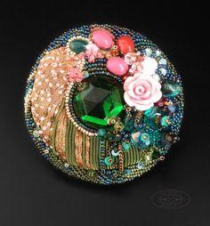 """Брошь """"Цветущий сад"""": вышивка бисером, металлизированная нить, компоненты Swarovski, стеклянные бусины, оникс, хризоколла, халцедон, пластиковые бусины, пайетки, страз, канитель, кожа. Диаметр - 6,5 см"""