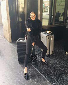 Olivia Culpo, all black, calça skinny, casaco de pele, pelúcia, loafer preto