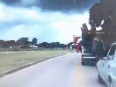 'Papai Noel' é flagrado subindo em caminhão em movimento