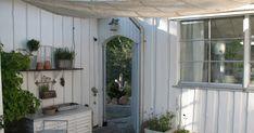 Omdat ze in Scandinavie nog mooie grote tuinen hebbenzijn daar vaak leuke hoekjes gemaakt of huisjes neer gezet om wat beschut te kunnen g...