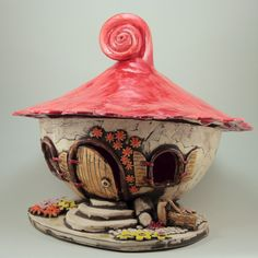 Das Keramik-Windlicht XL Lichthaus kann im Garten oder im Innenbereich als Dekoration verwendet werden. Ein Teelicht oder eine Kerze im Windlicht sorgt für eine gemütliche und romantische Atmosphäre. Das stehende XL Keramik Wichtel - Windlicht hat einen Boden, der fest mit dem Haus verbunden ist. Das Dach ist abnehmbar, um die Kerze einstellen zu können. Durch die Fenster und Türen ist der Schein der Kerze zu sehen.